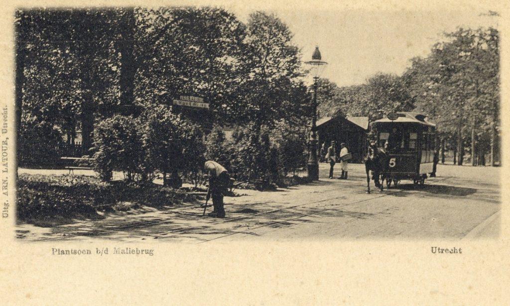 Ansichtkaart van het plantsoen bij de Maliebrug uit 1898 met  paardentram