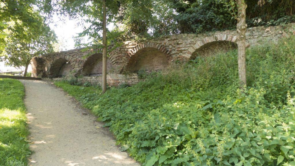 Stadswal uit de 13de eeuw in het Zocherplantsoen tussen Lepelenburg en de Stadsschouwburg