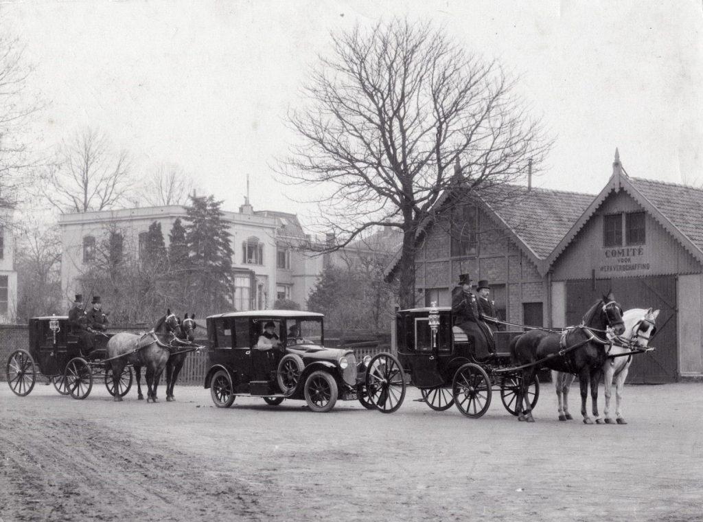 Trouwstoet op het plein voor het Oosterstation in 1930