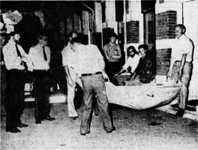 Persfoto van het uitdragen lijken uit Maliesingel 54 in 1977